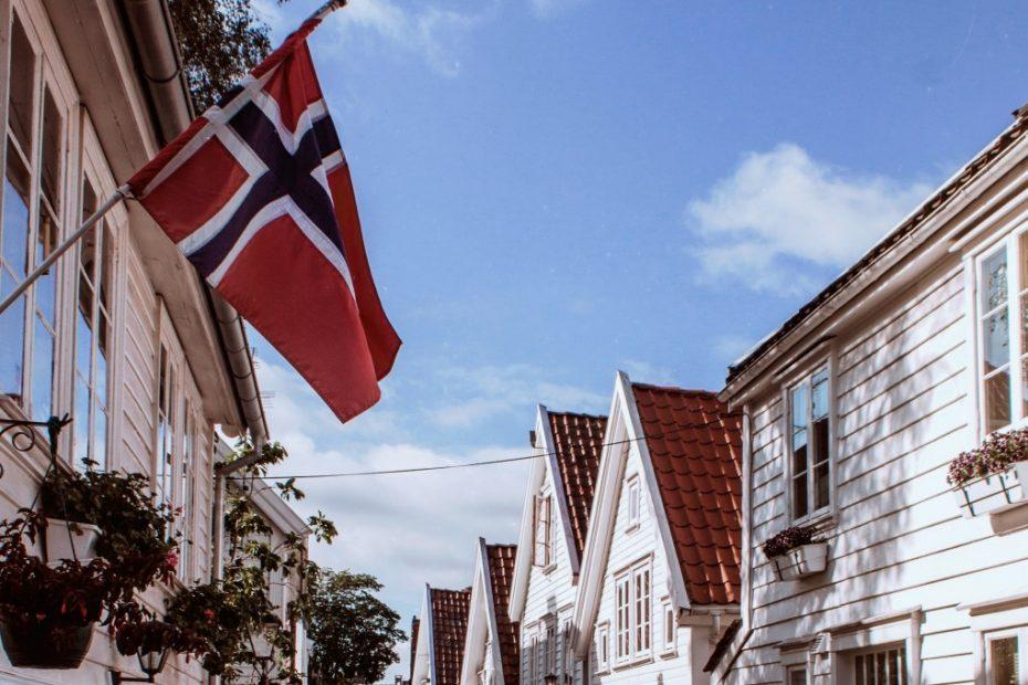 Norsk flagg og bygninger